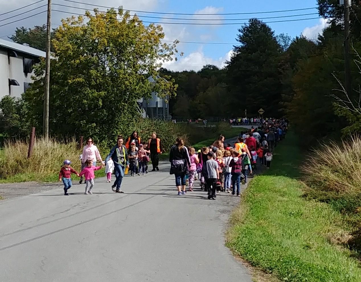 La élèves de la Moisson-D'or se joignent à la marche