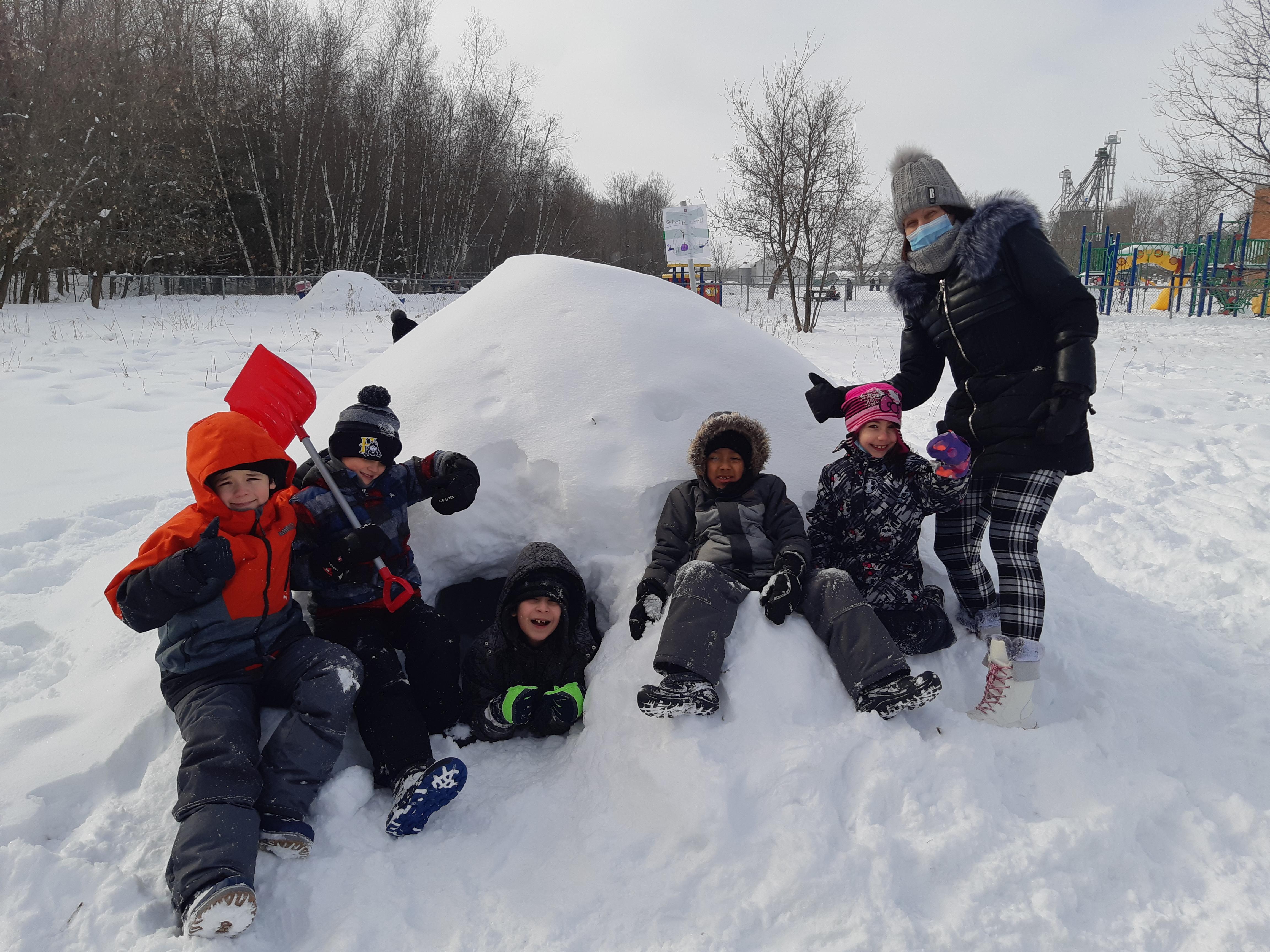 Une hutte de neige dans la cour d'école.
